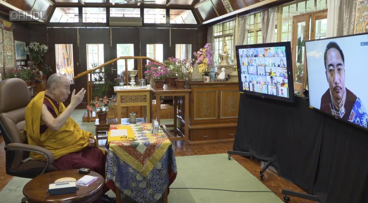 达赖喇嘛在8月4日对藏人视讯时,提到格西强巴加措入定已21天。达赖喇嘛还说,愈来愈多科学家开始关心心识、意识的问题,有权威科学家透过实验发现,修行者专注禅修一小时,会发生和凡人脑部不一样的变化。(达赖喇嘛官方脸书截图)