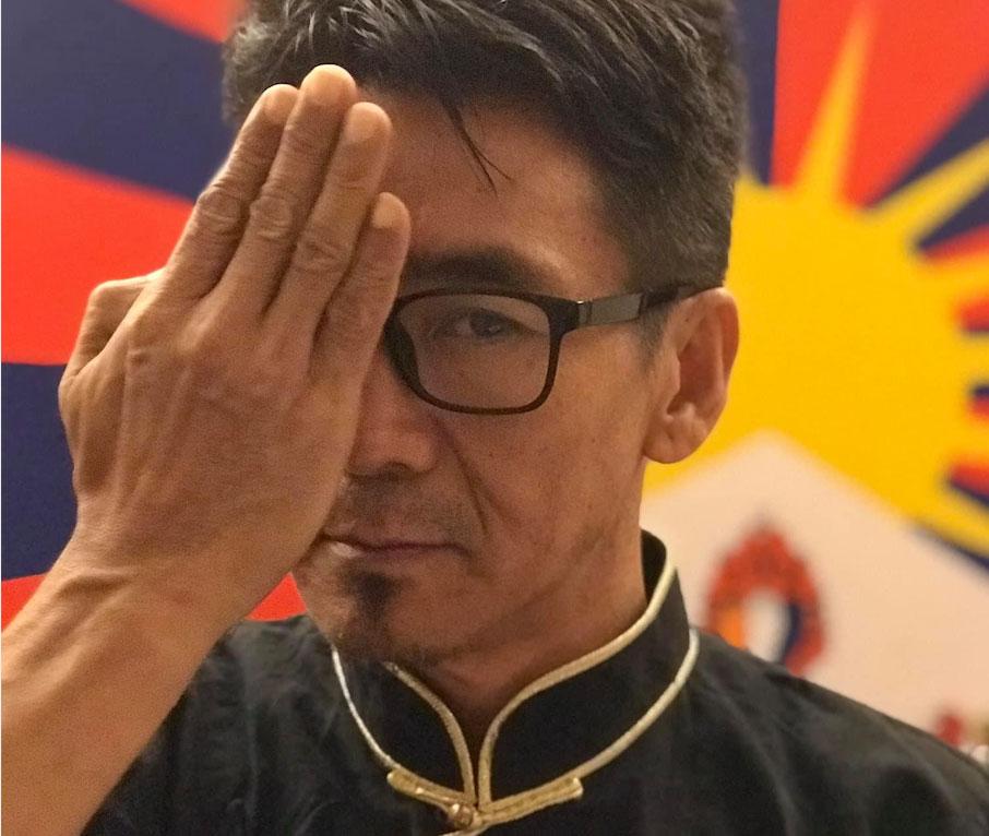 在台西藏人札西慈仁响应遮右眼上传脸书抗议港警射爆少女右眼。(札西慈仁脸书)