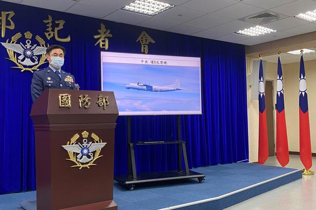 台湾国防部10日晚间临时召开记者会,谴责解放军接连两天在台湾西南防空识别区进行作战演习,构成严重挑衅。(路透社)
