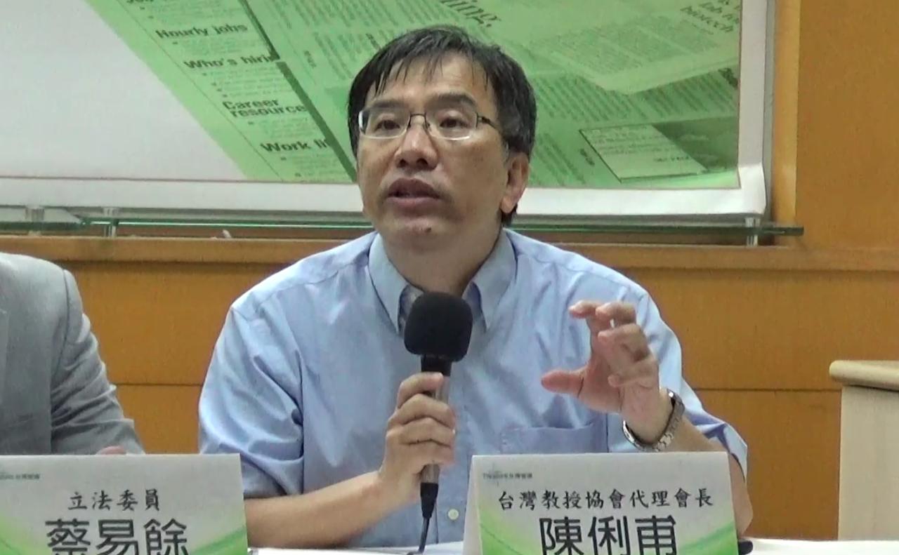 台湾教授协会代理会长陈俐甫强调前总统李登辉遗愿是宪改正名,台湾朝野应积极修宪。(记者夏小华摄)