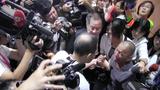 图说:遭海盗劫为人质将近5年的台湾籍轮机长沈瑞章返台,见到船长儿子痛哭。(夏小华拍摄)