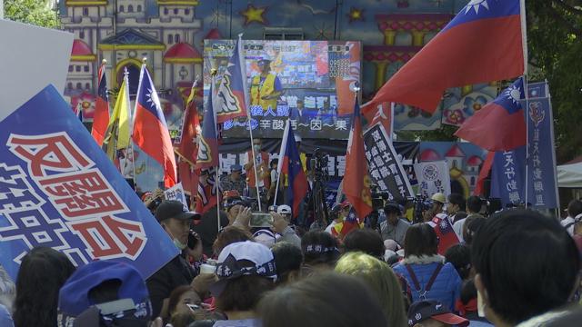 蓝营、统派支持者在NCC外搭舞台声援中天、抗议NCC。(记者李宗翰摄)