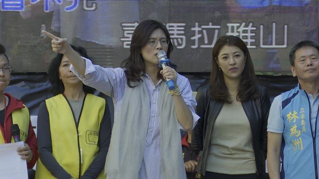 郑丽文(中)等多名国民党立委声援中天,抗议NCC。(记者李宗翰摄)