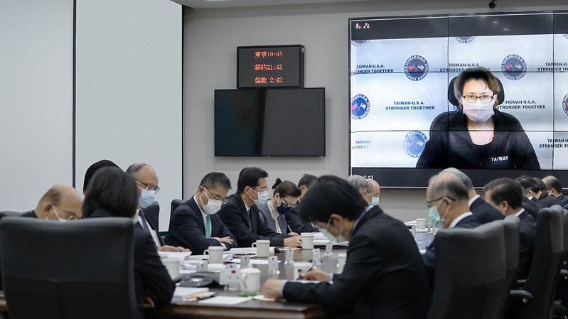 蔡英文10月31日召开国安会议,与台湾驻美代表萧美琴视讯连线,研议美国大选后台美关系对策。(总统府提供)