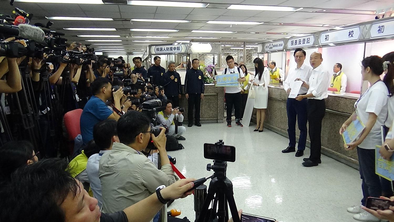 国民党总统候选人韩国瑜和副手、前阁揆张善政18日完成登记参选。(记者夏小华摄)