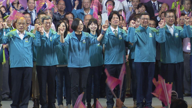 民进党总统候选人蔡英文、副总统赖清德,17日在台北成立全国竞选总部,营造大团结。(记者李宗翰摄)