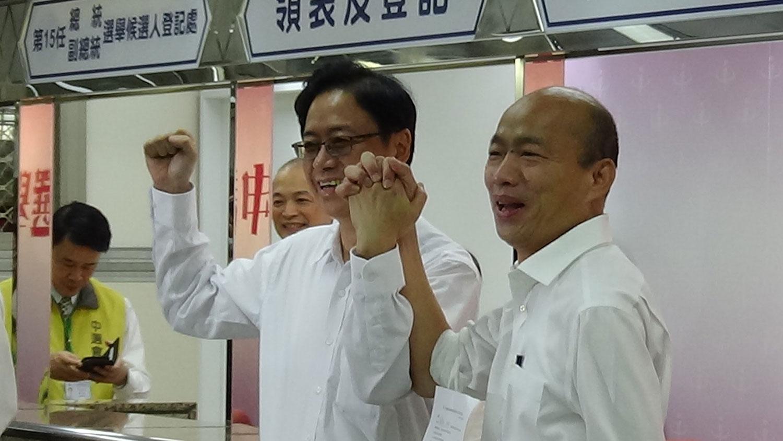 国民党总统候选人韩国瑜和副手、前阁揆张善政18日完成登记参选,十指紧扣给媒体拍摄。(记者夏小华摄)