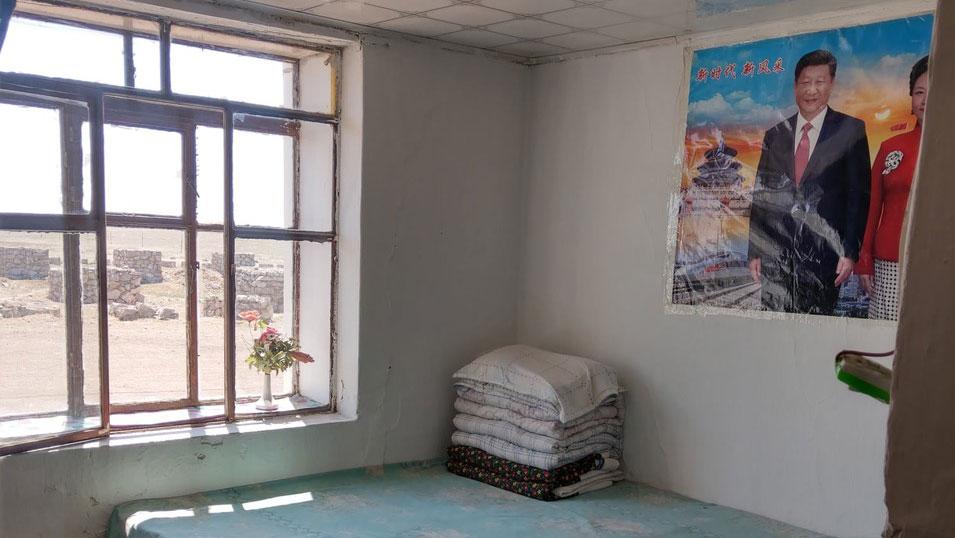 内蒙古自治区阿日哈沙特镇小宾馆房间,挂有巨幅习近平夫妇的海报。(曹耀文提供)