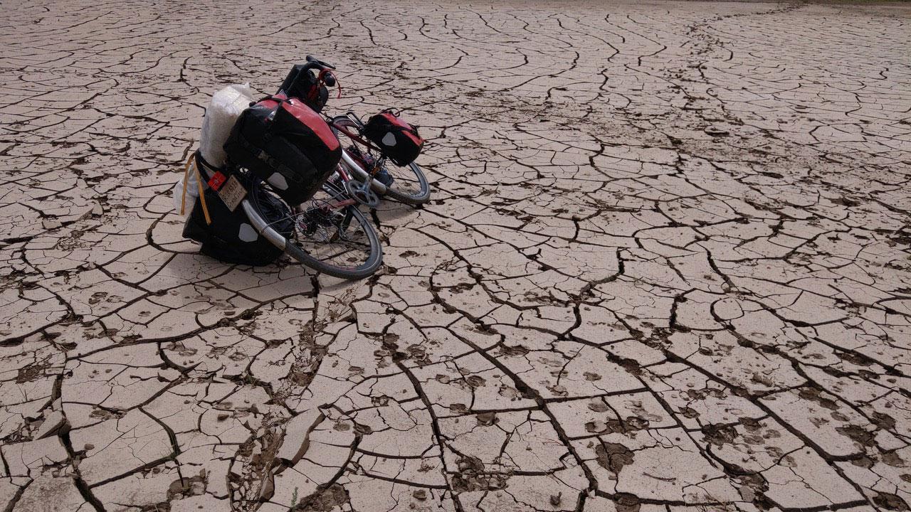 台湾自行车玩家曹耀文今年5月至7月骑自行车横穿蒙古国纪录下的风光。(曹耀文提供)