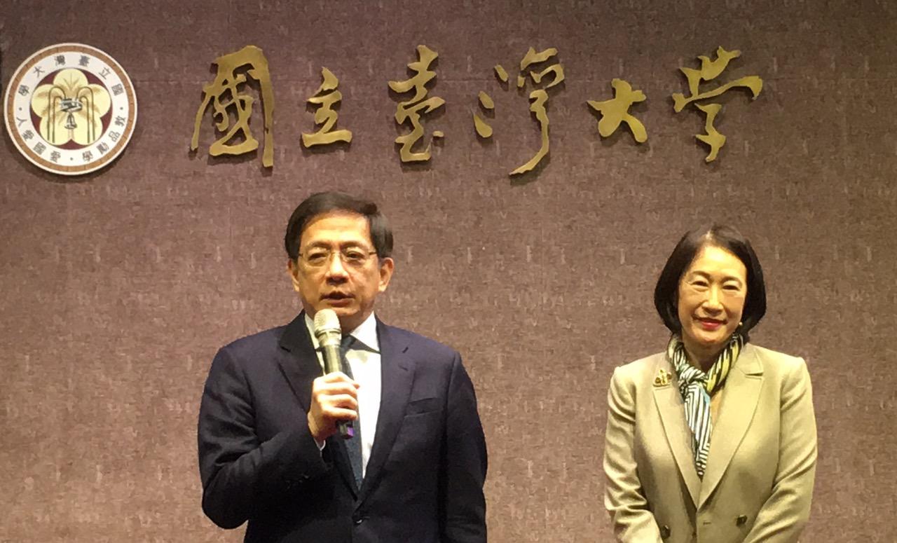 台大校长管中闵、副校长周家蓓2日在记者会上表示,有489名在港学生申请到台大专案访问一个月。(记者夏小华摄)