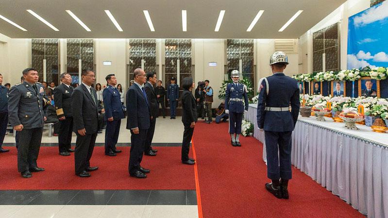 蔡英文3日悼念8名黑鹰罹难军官。(总统府提供)