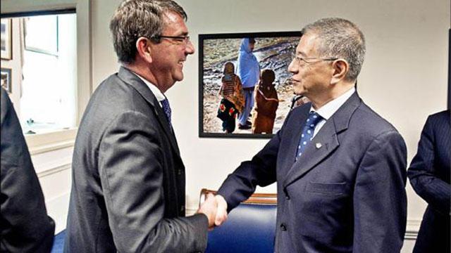 二零一二年十月二日美国国防部在网站首页刊出副部长卡特(左)在五角大厦欢迎台湾国防部副部长杨念祖(右)到访照片。(取自美国国防部网站)