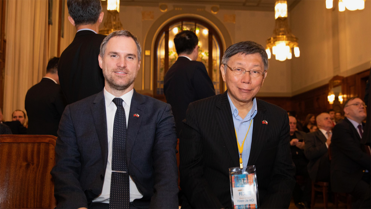 台北市长柯文哲(右)访问捷克,与布拉格市长贺瑞普缔结双边姐妹城市。(台北市政府提供)