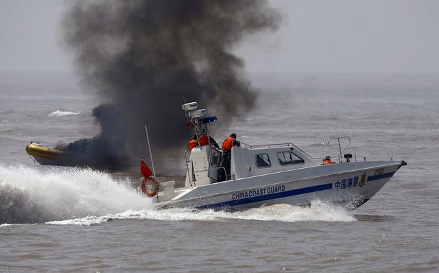 中国海警船2009年6月在上海港外安全演习。(AFP)