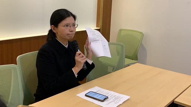 李净瑜出示她透过陆委会向陆方转达希望和李明哲通上一个亲情电话,这只是其他中国受刑人应有待遇,不是特权,但李明哲被关3年却从未获准。(记者夏小华摄)