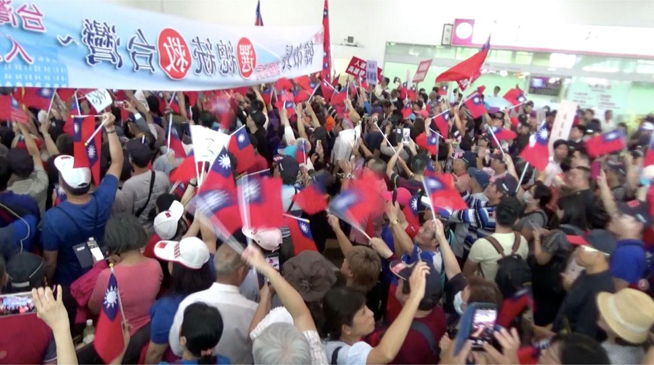 韩粉号召接机呼吁韩国瑜选总统。(记者李宗翰摄)