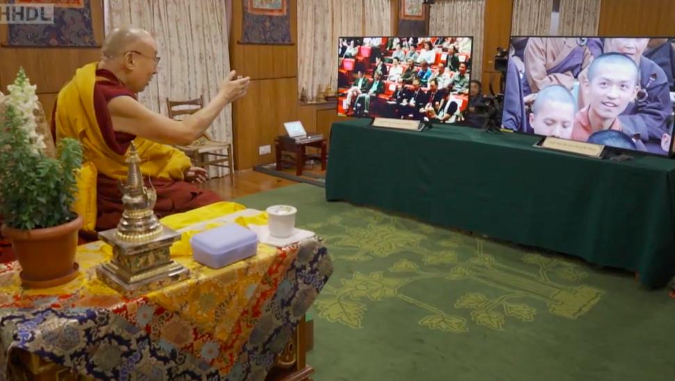 达赖喇嘛在印度达兰萨拉透过荧幕与台湾信徒问答。(截自台湾国际藏传法脉总会直播视频)