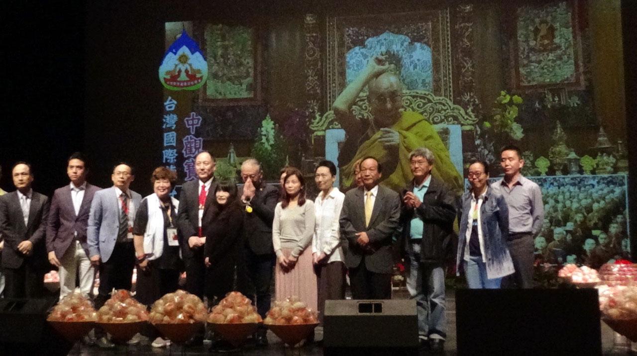 """台湾佛教徒上台与达赖喇嘛视讯画面""""合影""""。(记者夏小华摄)"""