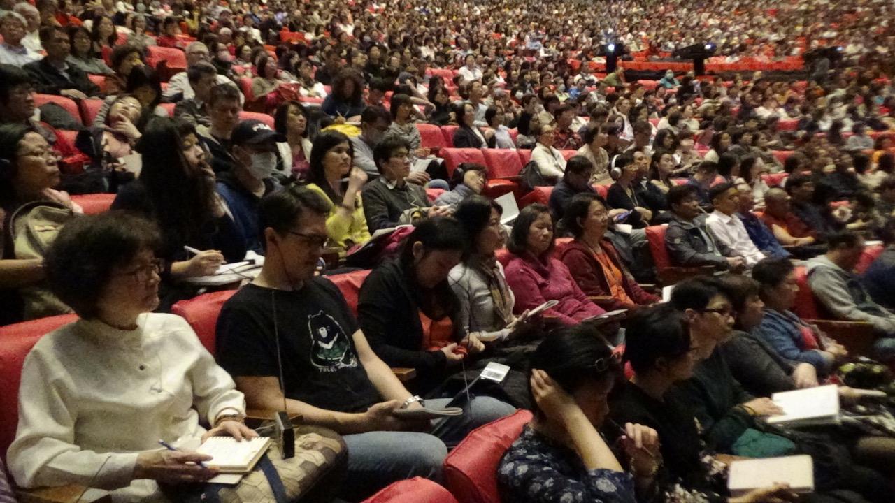 台北佛教徒聆听达赖喇嘛视讯弘法。(记者夏小华摄)