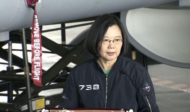 蔡英文总统4日慰勉成功驱退穿越中线的解放军歼11的台湾空军。(总统府提供)