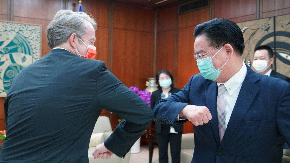 台湾外交部长吴钊燮与荷兰驻台代表纪维德(Guy Wittich)。(荷兰在台办事处脸书)