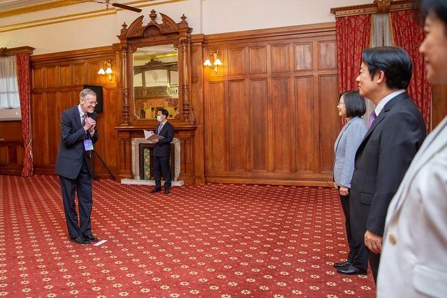 美国在台协会处长郦英杰受邀观礼,与蔡英文、赖清德保持社交距离,拱手不握手。(总统府提供)