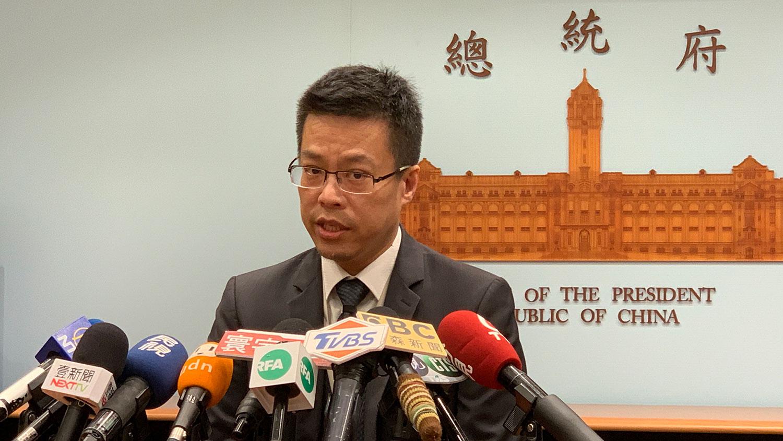台湾总统府发言人黄重谚22日针对中国人大要审香港版国安法接受联访。(记者夏小华摄)