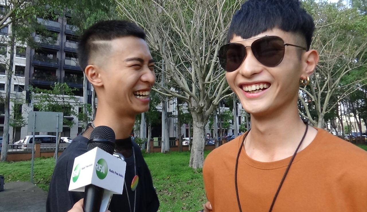 参与苗栗同志游行男同志艾格(左)受访。(记者夏小华摄)