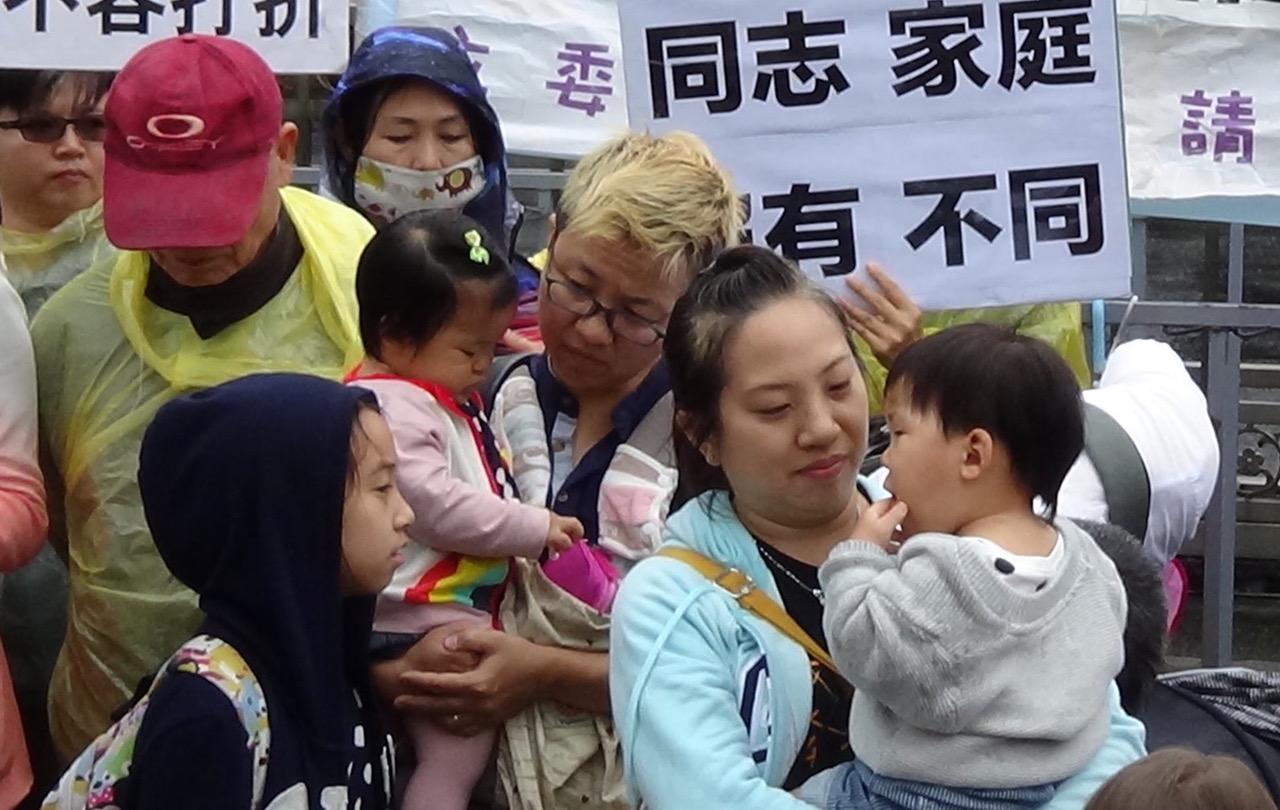 同志家庭为孩子争取双亲权。(记者夏小华摄)