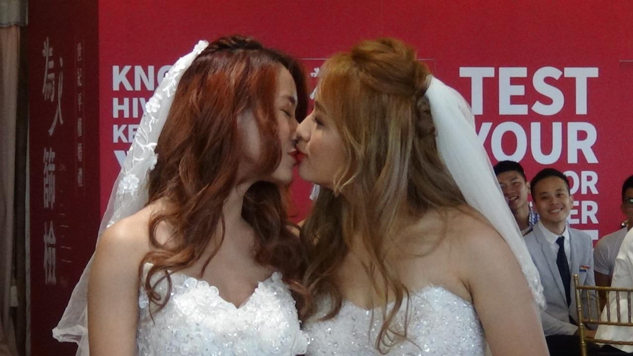 """物理治疗师Amber和萨克斯风老师黄敏惠,身披白纱,两人""""第二次结婚""""。(记者夏小华摄)"""