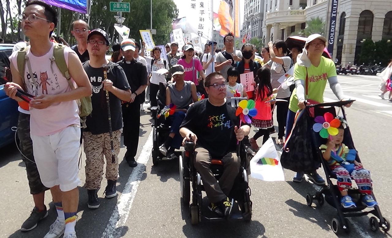 """台湾第一个残障同志团体""""残酷儿""""团长Vincent十多年来,总是推着他的""""烽火轮"""",走在游行最前线。(记者夏小华摄)"""