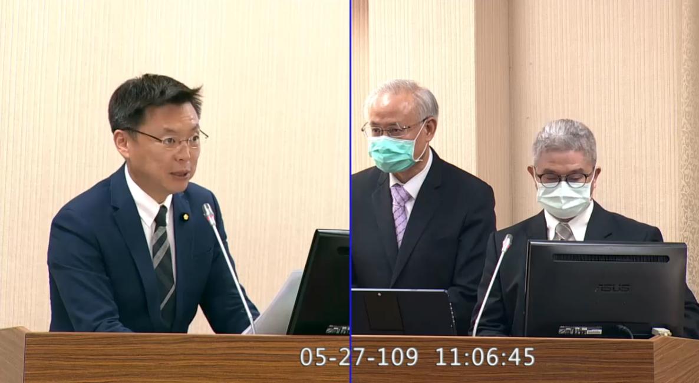 民进党立委赵天麟(左)质询外交部次长徐斯俭(右一)关于香港议题国际制裁北京的可能。(立法院视频截图)