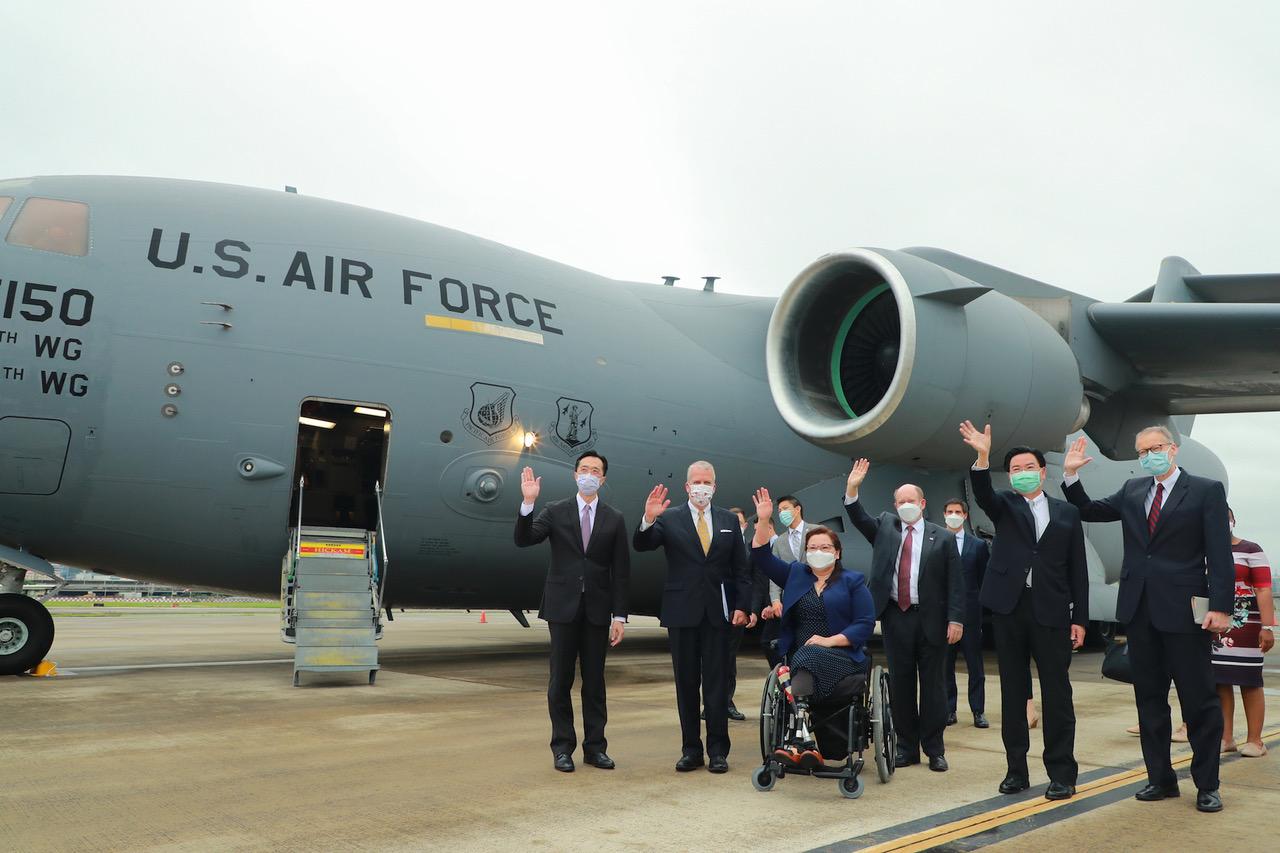 美军3位议员,达克沃丝(Tammy Duckworth, D-IL)、苏利文(Dan Sullivan, R-AK)、昆斯(Chris Coons, D-DE)搭C-17旋风式访台三小时,与台湾外交部等官员合影,军事专家认为深具战略同盟意义。(外交部提供)