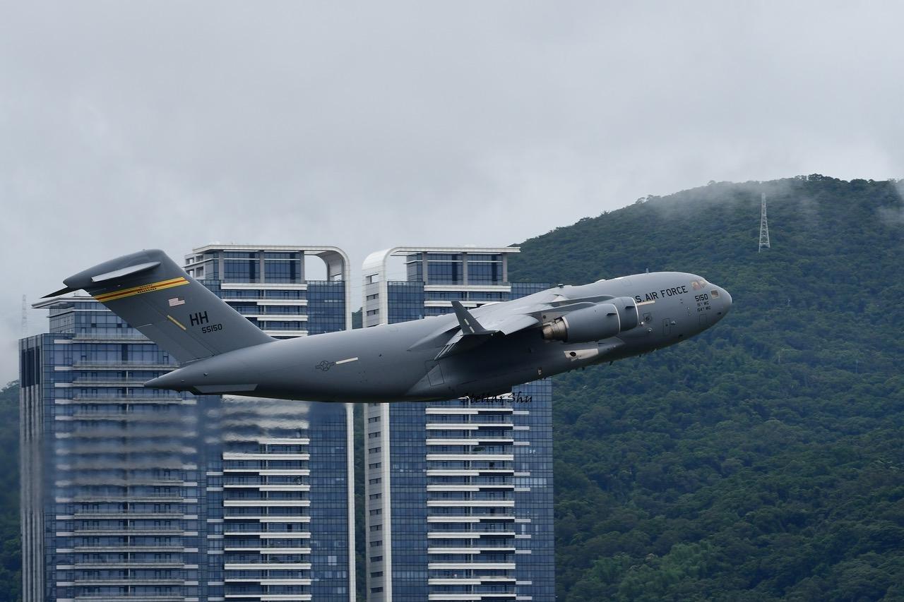 美军超大型战略运输机2021年6月6日首次降落台湾,航空迷争相目堵拍照。(舒孝煌拍摄、提供)