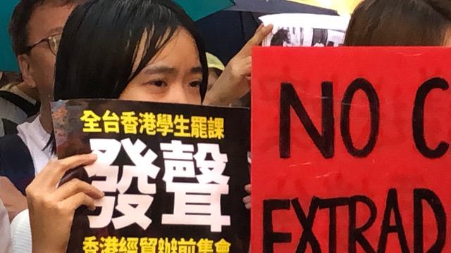 在台香港生12日晚间在台北香港经济贸易文化办事处前谴责港府暴力镇压。(记者夏小华摄)