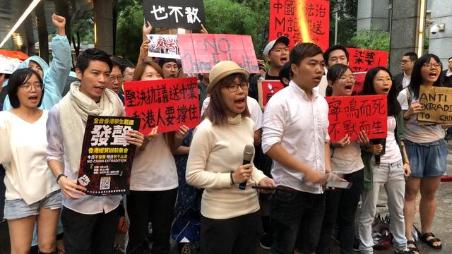 """在台香港生12日晚间在台北香港经济贸易文化办事处前发表""""谴责香港政府暴力镇压,立刻退回送中条例""""声明。(记者夏小华摄)"""