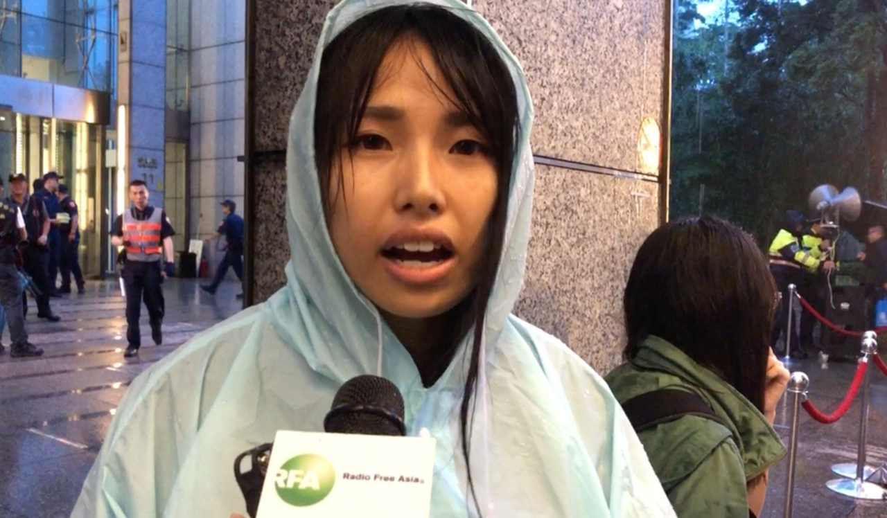 臺灣藝術大學何同學呼籲香港警察跟人民站在一起。(記者夏小華攝)