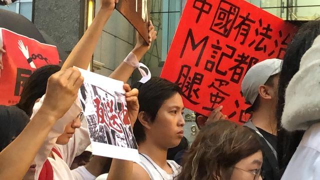 在臺香港生12日晚間在臺北香港經濟貿易文化辦事處前譴責港府暴力鎮壓。(記者夏小華攝)