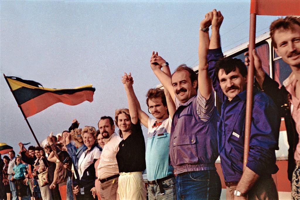 1989年波罗的海三国民众手牵手以人链方式和平抗争,最后终于脱离苏联独立,台湾、香港民主运动都曾效法。(图取自维基共享资源;作者:Kusurija,CC BY-SA 3.0)