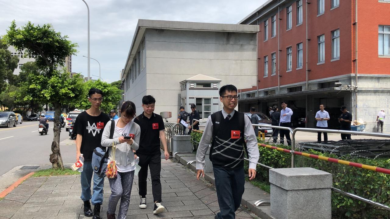 港人代表递交陈情书后走出台湾的总统府。(记者夏小华摄)