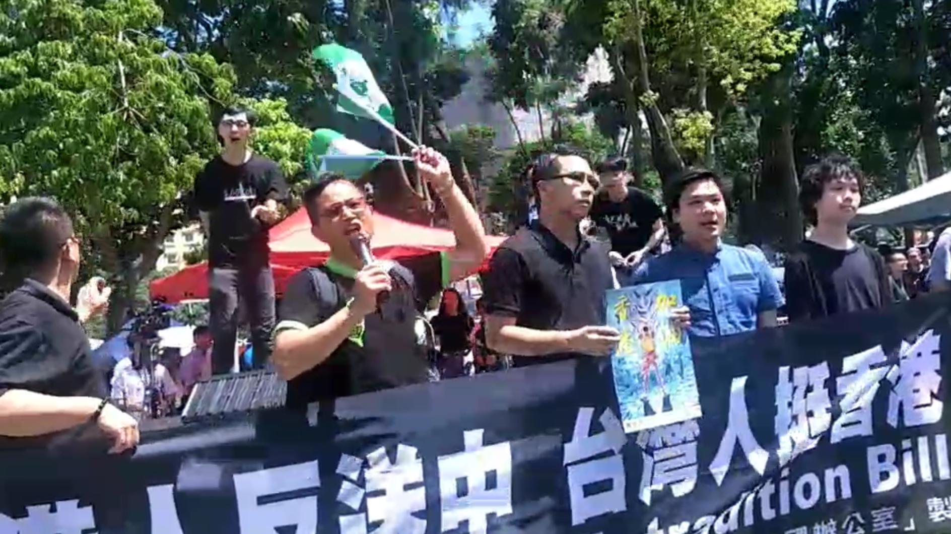 """台湾独派团体""""台湾国""""数名成员赴香港参加七一游行,与香港青年陈家驹等召开记者会。(台湾国提供)"""