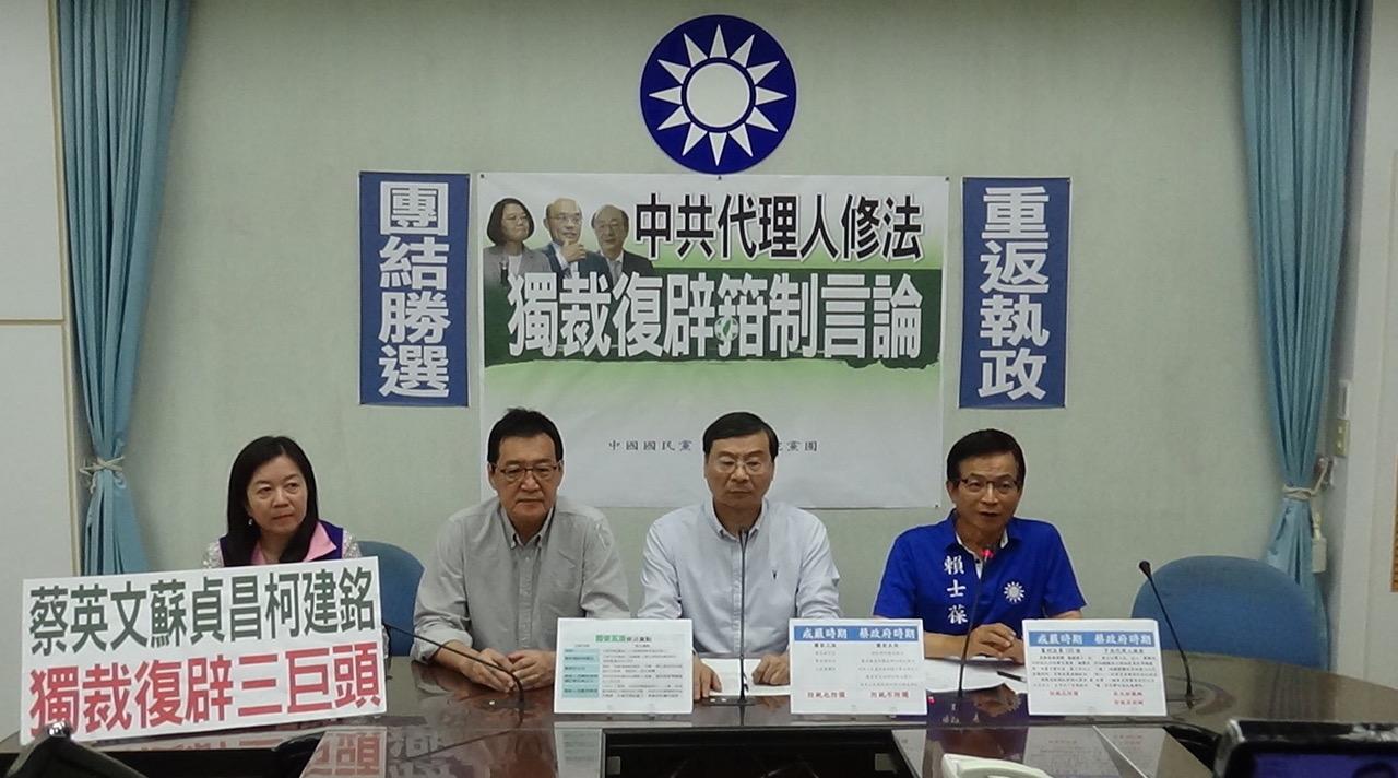 国民党立委曾铭宗(右二)在记者会上受访回应对香港白衣人打人看法。(记者夏小华摄)