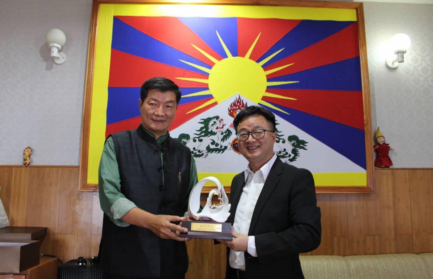 民进党秘书长罗文嘉(右)拜会藏人行政中央司政洛桑森格。(民进党提供)