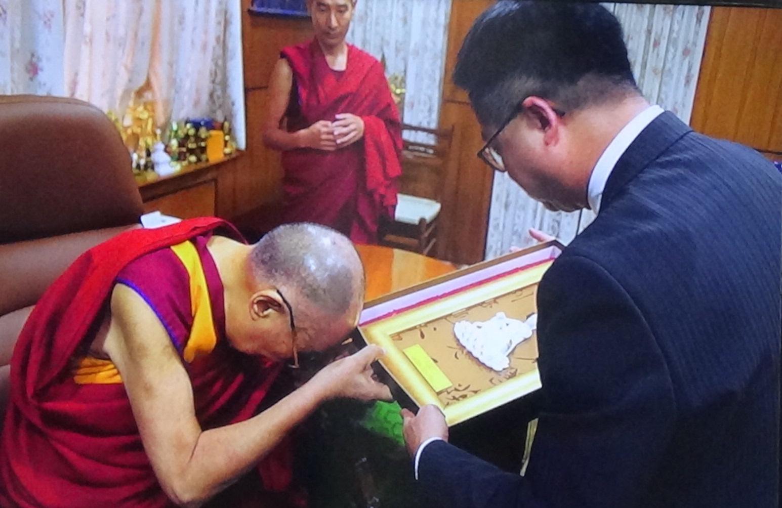 罗文嘉代表民进党致赠礼物给达赖喇嘛。(记者夏小华翻摄)