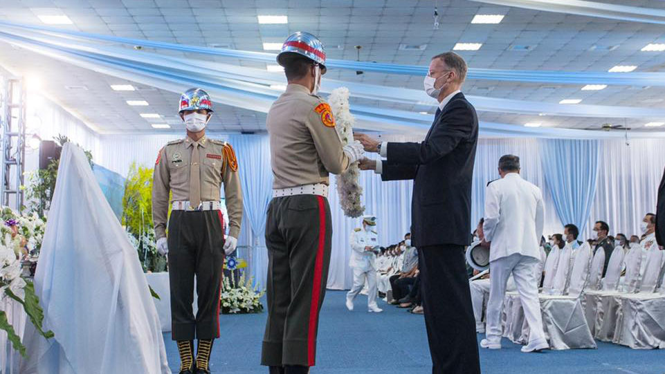 美国在台协会AIT脸书26日公布多张郦英杰出席台湾陆战队殉职弟兄公祭的照片。(AIT脸书)
