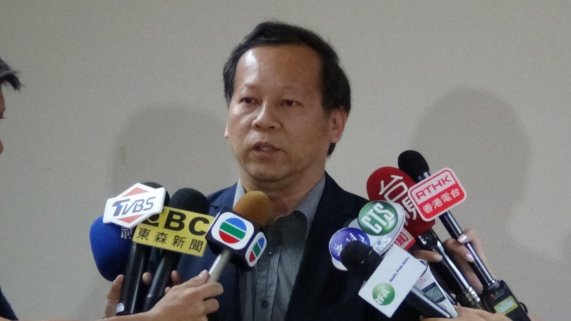 台湾观光局组长刘士铭说明陆客自由行政策暂停对台湾影响。(记者夏小华摄)