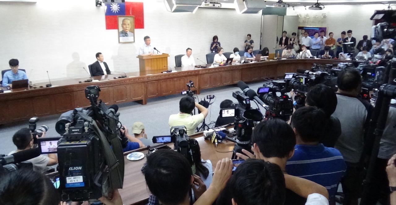 台北市长柯文哲宣布组党在政坛引发热议,媒体高度关注。(记者夏小华摄)