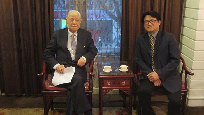已故前台湾总统李登辉与东海大学教授陈永峰。(陈永峰脸书)