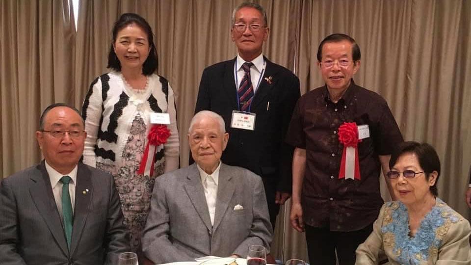 已故前台湾总统李登辉伉俪(前排中、右)与驻日代表谢长廷(后排右一)。(谢长廷脸书)