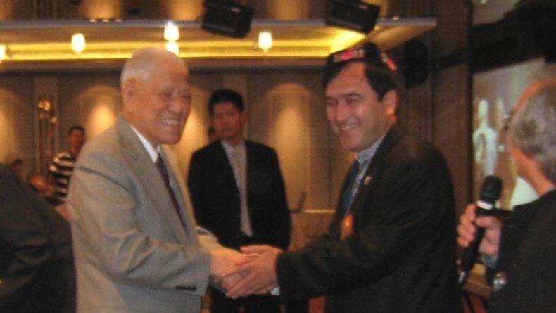 """日本维吾尔协会名誉会长伊里哈木2011年与前台湾总统李登辉见面,李登辉称他""""兄弟""""。(伊里哈木提供)"""